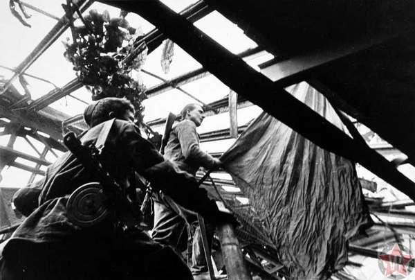 Михаил Егоров и Мелитон Кантария идут на крышу Рейхстага со знаменем
