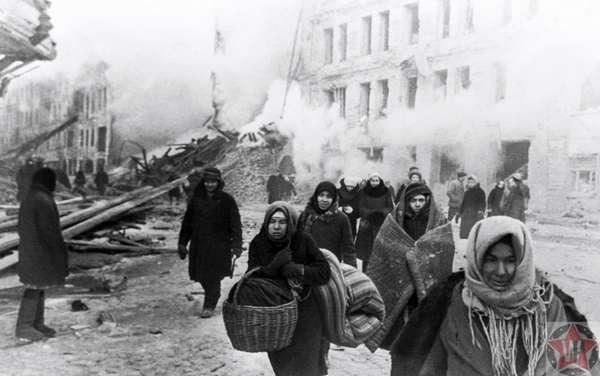 Жители Ленинграда покидают свои дома, разрушенные немецкими войсками