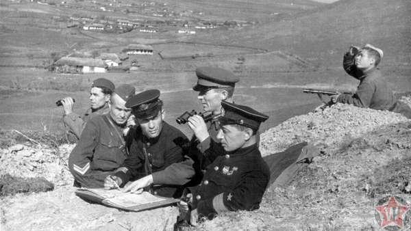 Командиры Красной армии и флота ведут наблюдение под Сталинградом