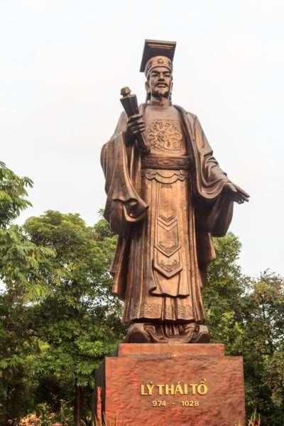памятник правителю Вьетнама