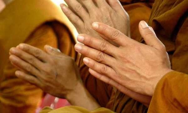 Как правильно держать руки при хурале