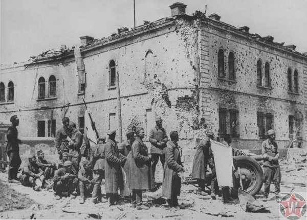 Солдаты КА с белым флагом