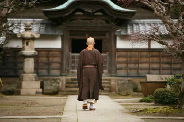буддийский монах идет в храм